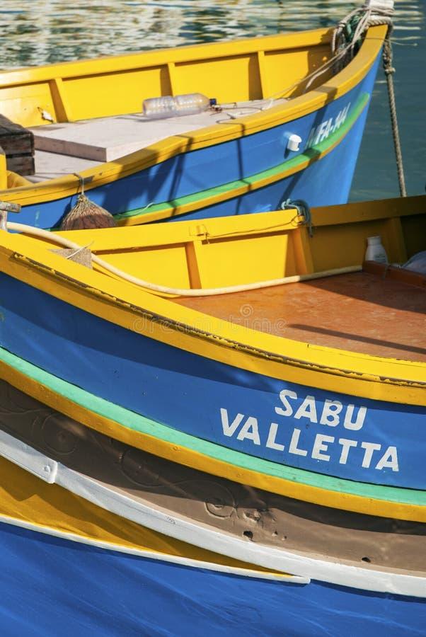 Maltesiska traditionella målade luzzufartyg i marsaxlokk som fiskar VI arkivbilder