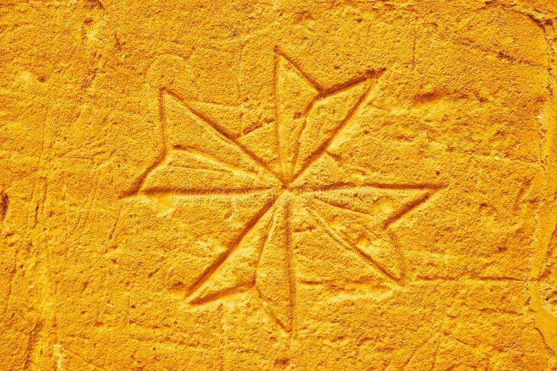 Maltesiskt kors på gammalt fängelses vägg, Rabat, Victoria, Gozo, Malta royaltyfri bild