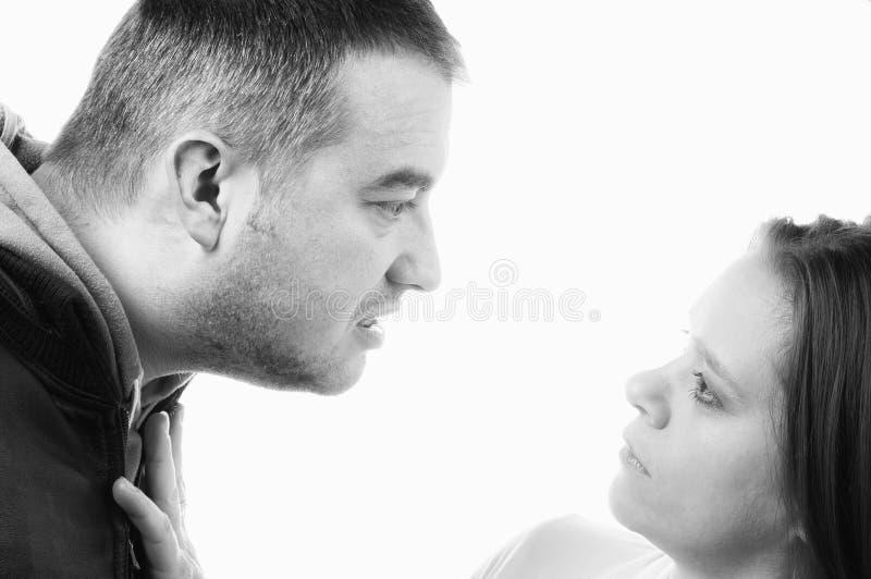 Maltraiter de mari et épouse battante pendant la querelle photographie stock libre de droits