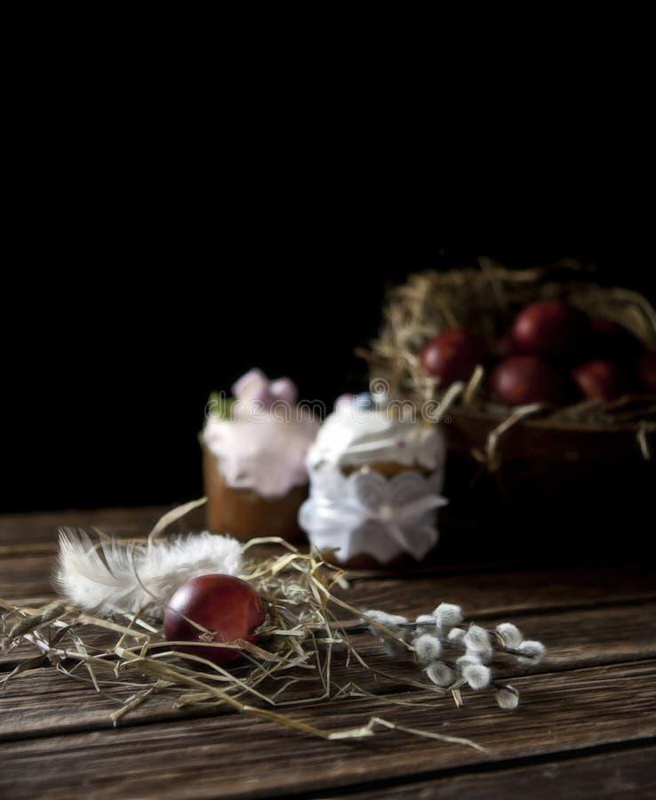 Malujący Wielkanocni jajka, wierzba i wielkanoc torty, Wciąż życie w rocznika stylu Selekcyjna ostrość, płytka głębia pole zdjęcie royalty free