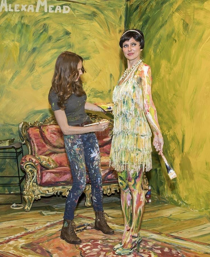 Malująca dama przy 2016 fotografią Plus Międzynarodowy expo i konferenci wystawa handlowa obraz royalty free