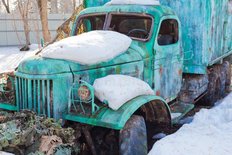 Malująca i brudna ośniedziała stara łamająca ciężarówka obraz royalty free