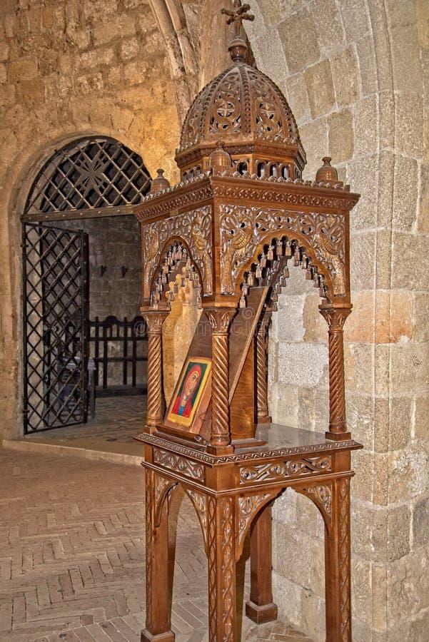 Malująca ikona wewnątrz na drewnianym rzeźbiącym pokazie wśrodku kościół lub świątynia zakładamy przy akropolem Ialysos obrazy stock