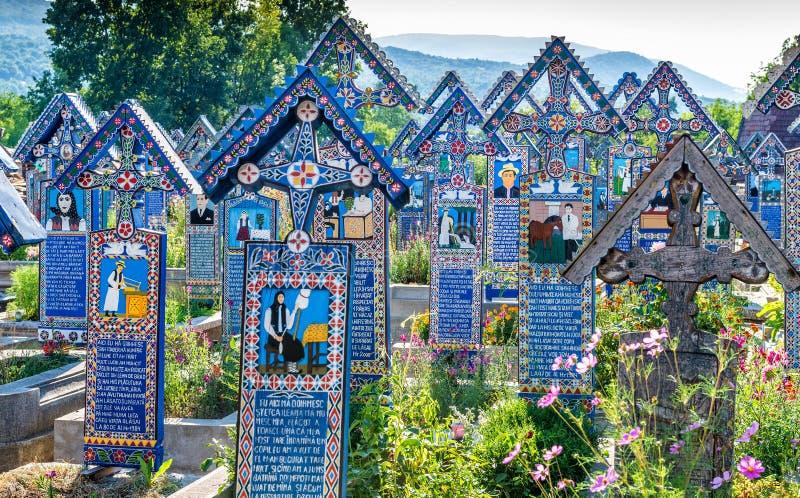 Malujący drewniani krzyże w sławnym Wesoło cmentarzu w Maramures fotografia royalty free
