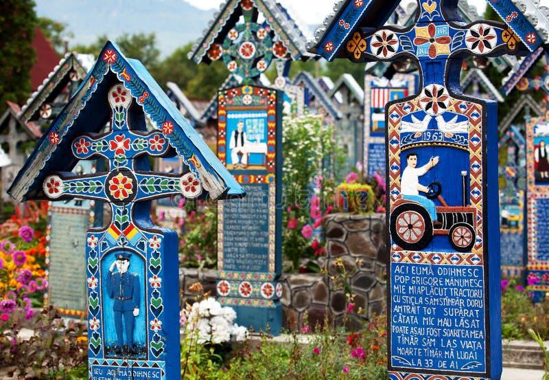 Malujący drewniani krzyże w sławnym Wesoło cmentarzu w Maramures zdjęcie stock