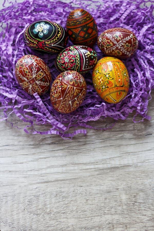 Malujący jajka na stole zdjęcia royalty free
