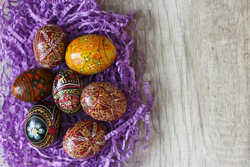 Malujący jajka na stole obrazy stock