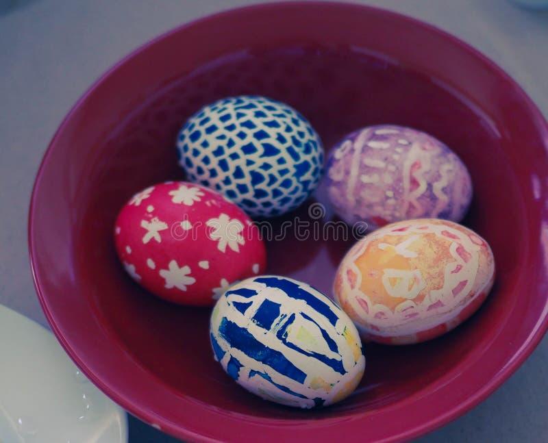 Malujący jajka na talerzu obrazy royalty free
