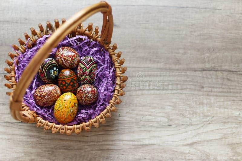 Malujący jajka w koszu zdjęcia royalty free