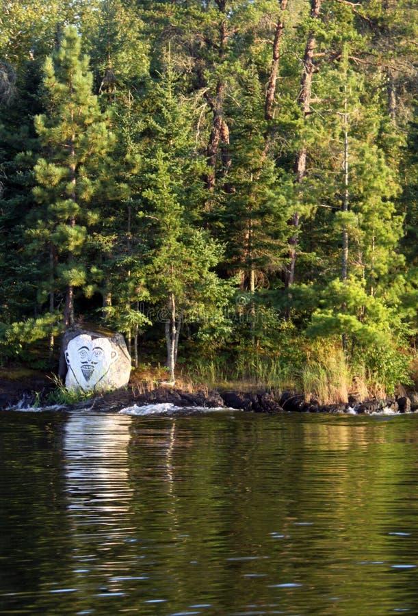 Malujący rockowy przy Czarcim ` s Gap na jeziorze drewna, Kenora, Ontario zdjęcia stock