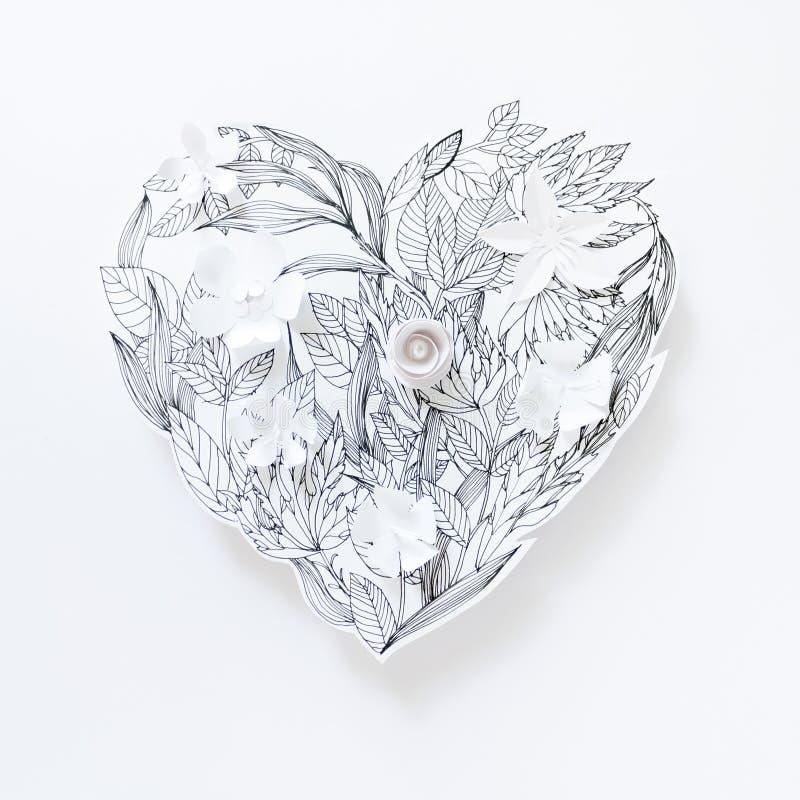 Malujący serce z malującymi liśćmi i 3d białymi papierowymi kwiatami fotografia royalty free