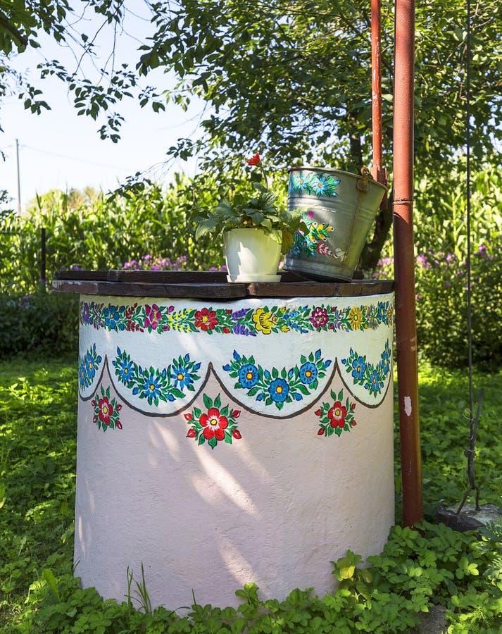 Malujący stary well dekorujący z ręką malował kolorowego kwiecistego m obrazy royalty free