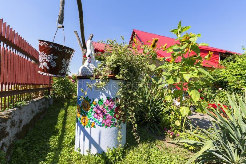 Malujący well, stary wiadro dekorujący z ręką i malowaliśmy colorf zdjęcia stock
