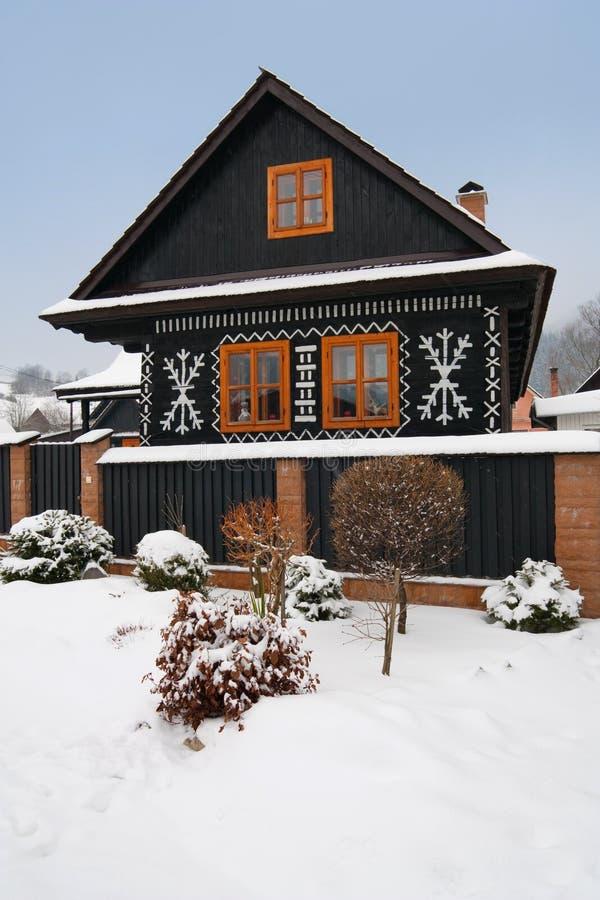 Download Malujący cicmany dom zdjęcie stock. Obraz złożonej z sceniczny - 12939046