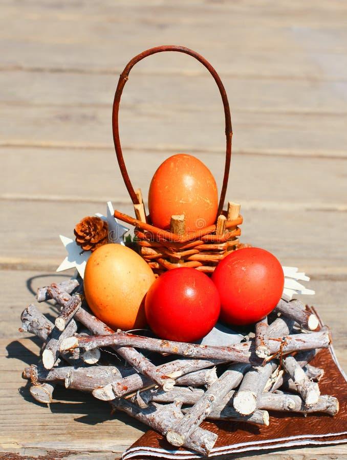 Maluj?cy Easter jajka w koszu zdjęcia stock