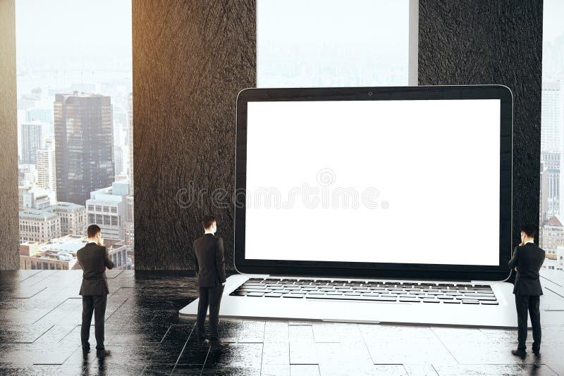 Malutcy biznesmeni patrzeje pustego laptop royalty ilustracja