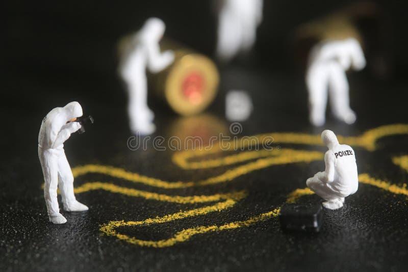 Malutka miniatura Ważący ludzie w Ciekawych pojęciach zdjęcie royalty free