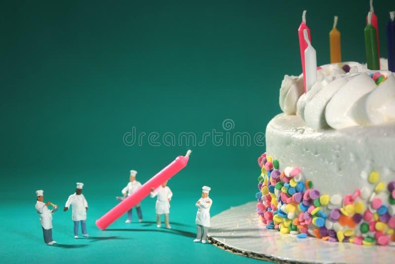 Malutka miniatura Ważący ludzie w Ciekawych pojęciach zdjęcie stock