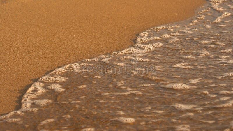 Malutka morze fala nad piaskiem, mali bąble woda obrazy royalty free