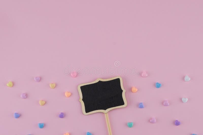 Malutki blackboard znak z pastelowym serce wzorem obraz stock