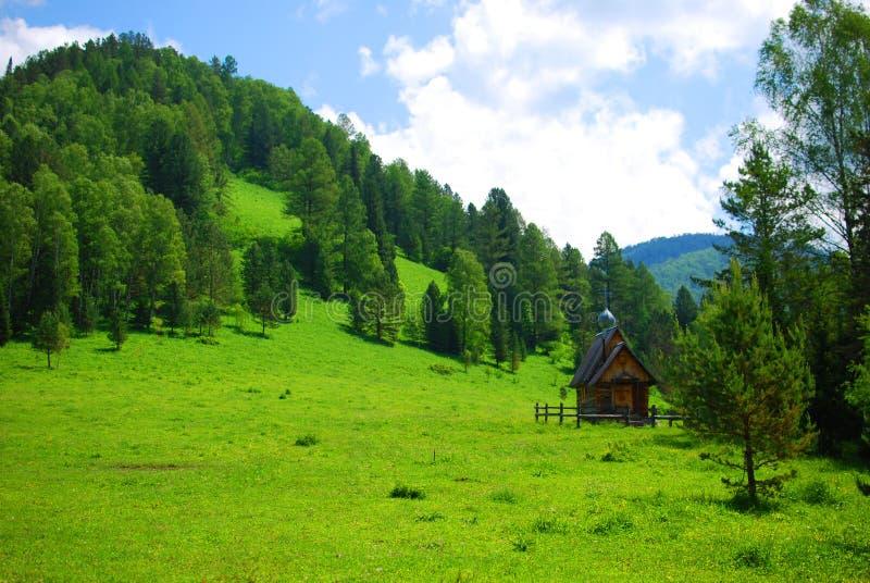 Malutki chirch pod wzgórzem w górach zdjęcie royalty free