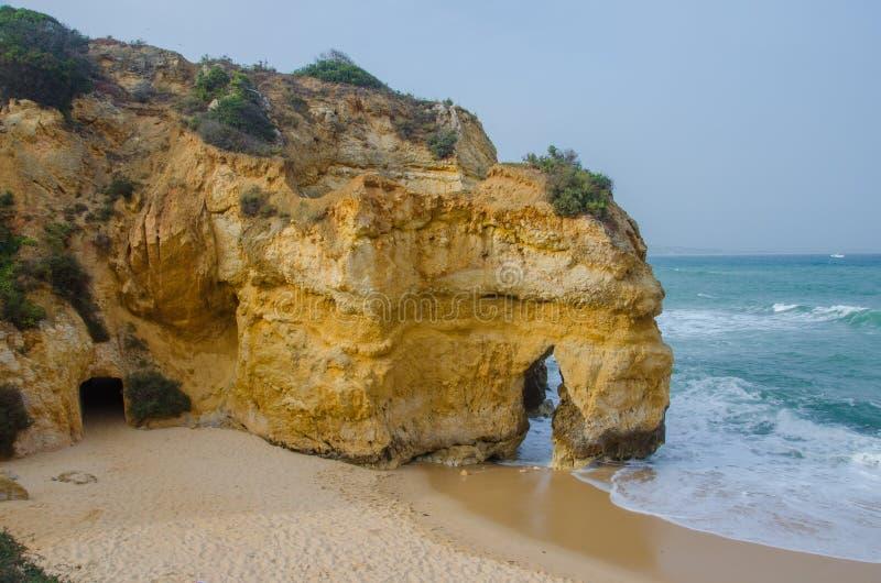 Malutki piaskowaty Praia robi Camilo plaży blisko Lagos, Portugalia obraz stock