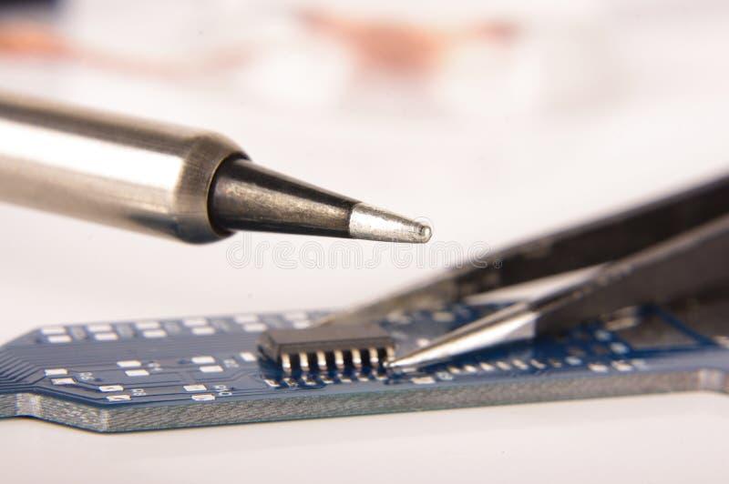 Malutki zintegrowany - obwód na pustej PCB desce obraz royalty free