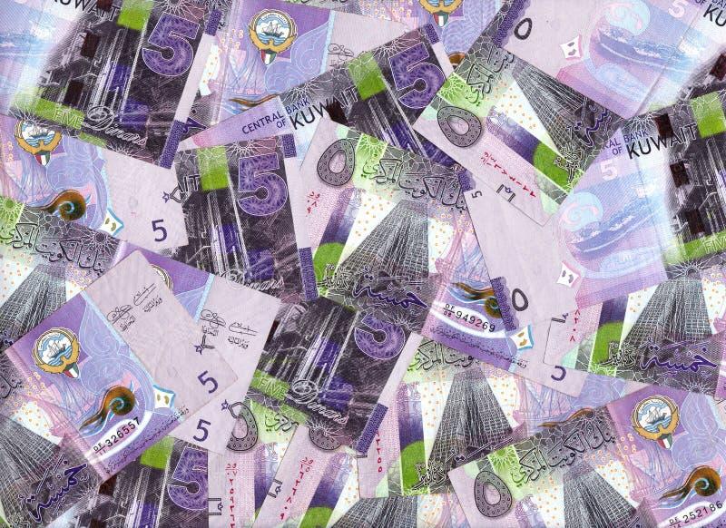 Malvafärgade fem dinar Kuwait sedlar blandade in i en finansiell baksida royaltyfri fotografi