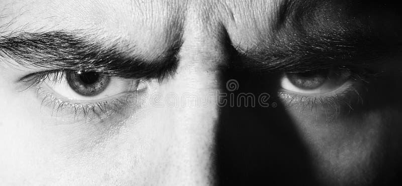 Malvagità, arrabbiato, seria, occhi, uomo di sguardo, esaminante la macchina fotografica, ritratto in bianco e nero fotografia stock
