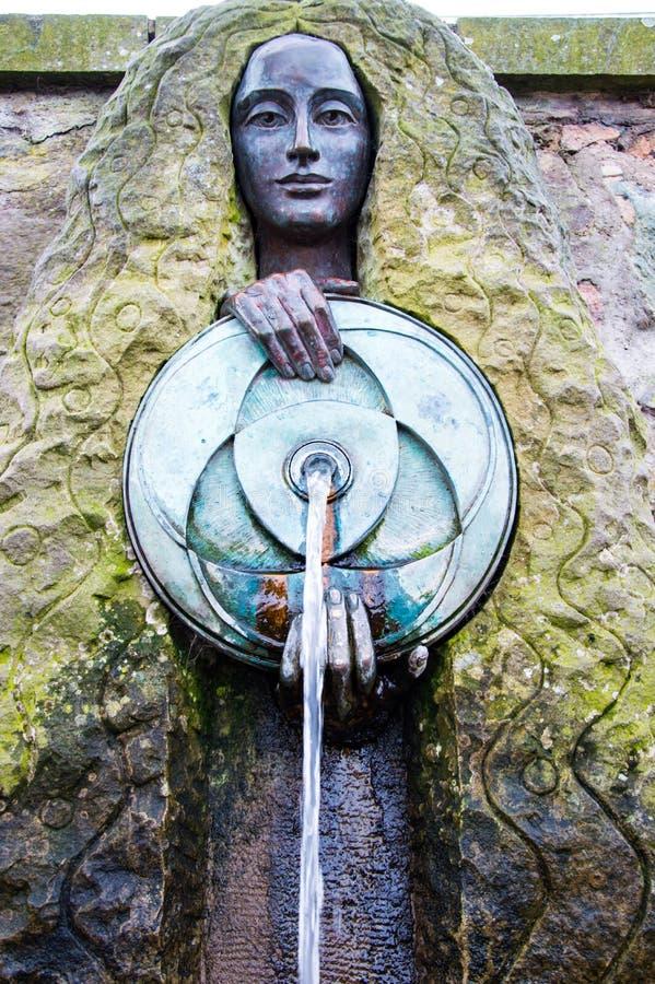 02 18 19 Malvern, Regno Unito La scultura pubblica del becco di acqua di Malvina, Malvern Il Regno Unito fotografie stock