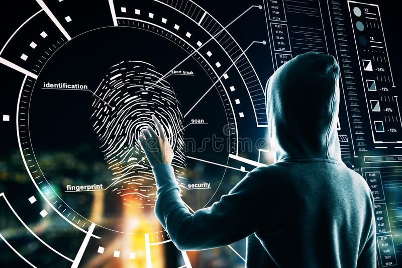 Malware e conceito de segurança com hackers tirando impressões digitais em tela digital foto de stock