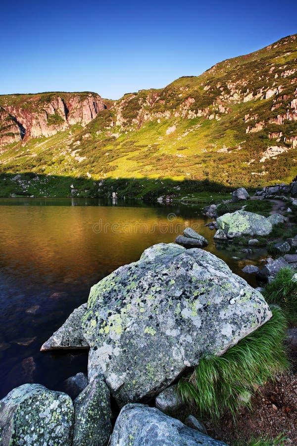 Maly Staw, lago da montanha no lado de montanhas gigantes, Krkonose do Polônia imagem de stock royalty free