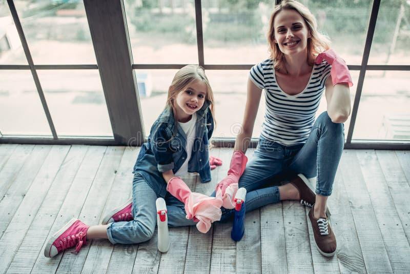 Mamá con la hija que hace la limpieza foto de archivo libre de regalías