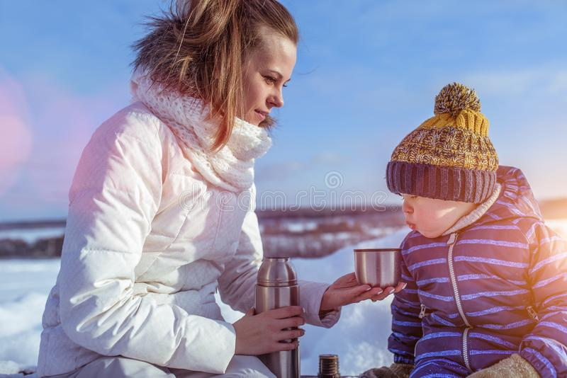 Mamá con un hijo del muchacho 3 años, en el invierno en un par en el aire fresco Centro turístico del resto al fin de semana, en  imágenes de archivo libres de regalías