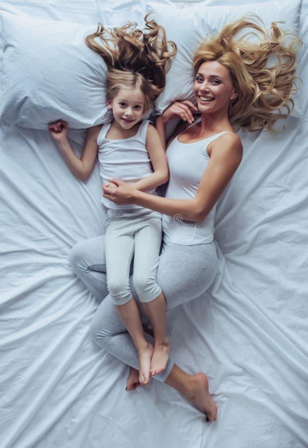 Mamá e hija en casa imagen de archivo libre de regalías