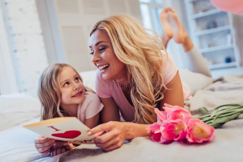 Mamá e hija en casa imágenes de archivo libres de regalías