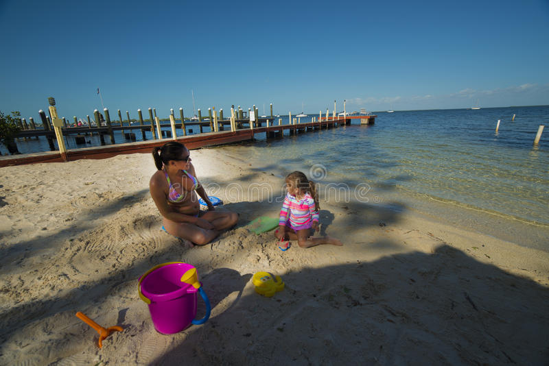 Mamá e hija en la playa fotos de archivo
