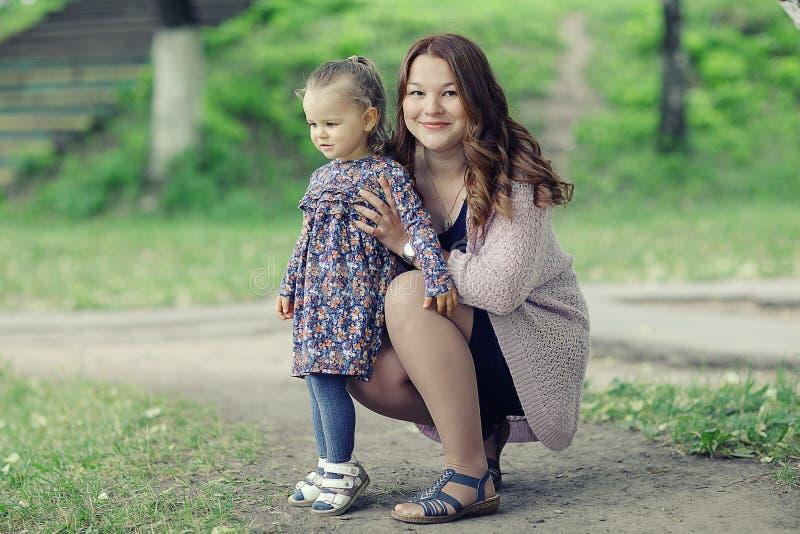 Mamá e hija en parque imagen de archivo