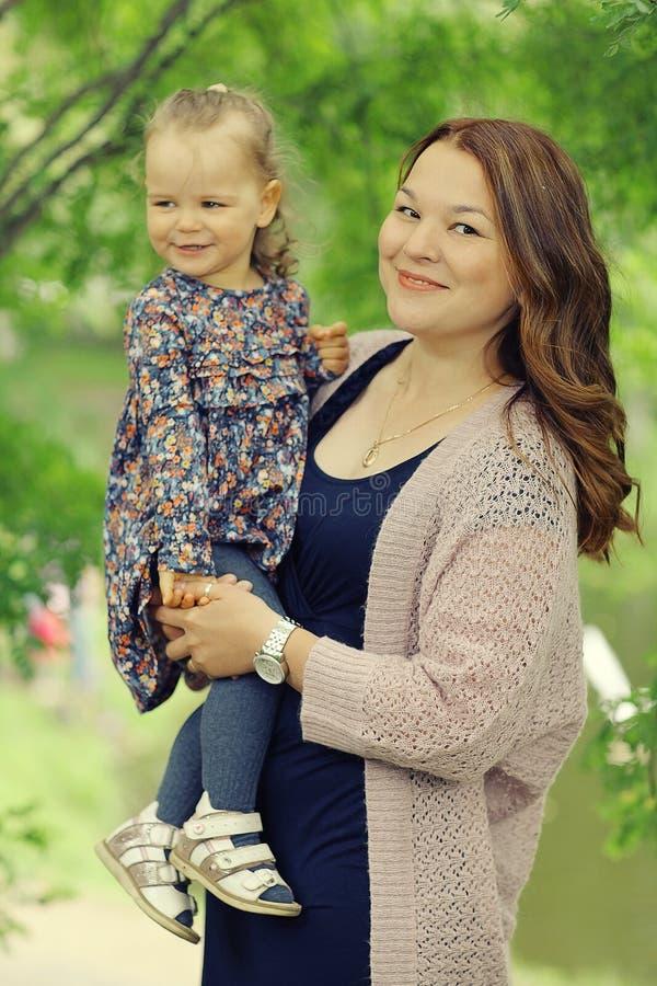 Mamá e hija en parque foto de archivo libre de regalías