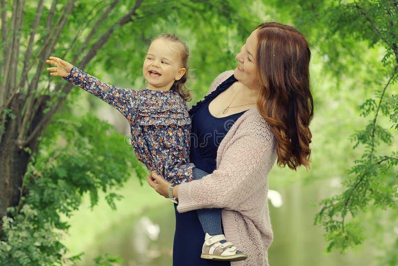 Mamá e hija en parque fotos de archivo libres de regalías