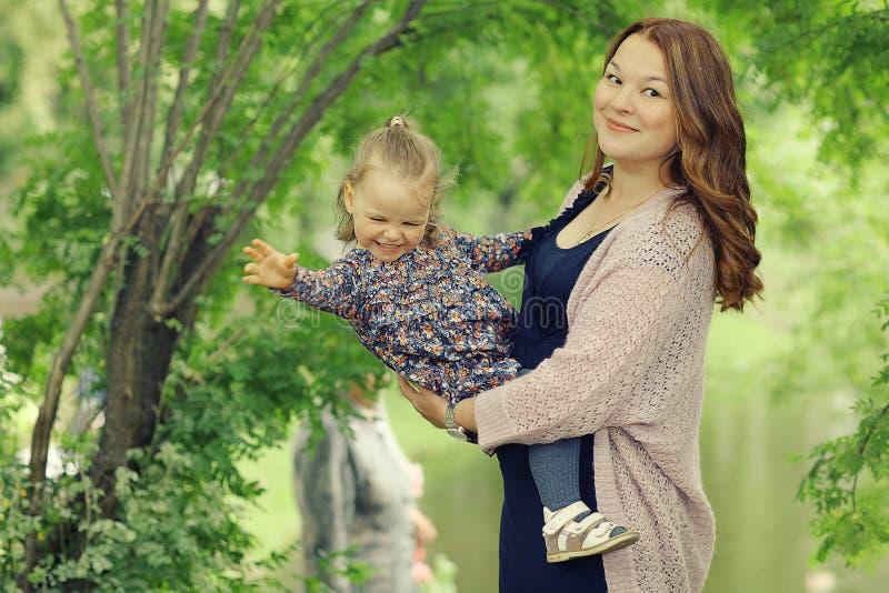 Mamá e hija en parque imágenes de archivo libres de regalías