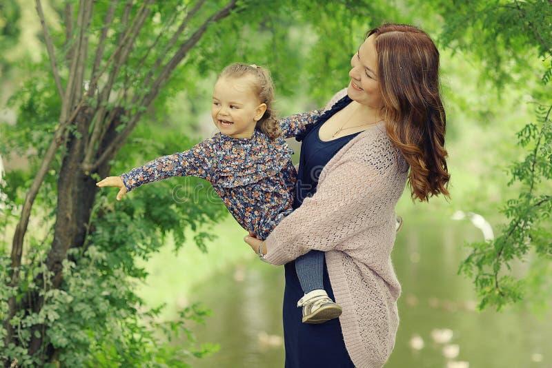 Mamá e hija en parque fotografía de archivo