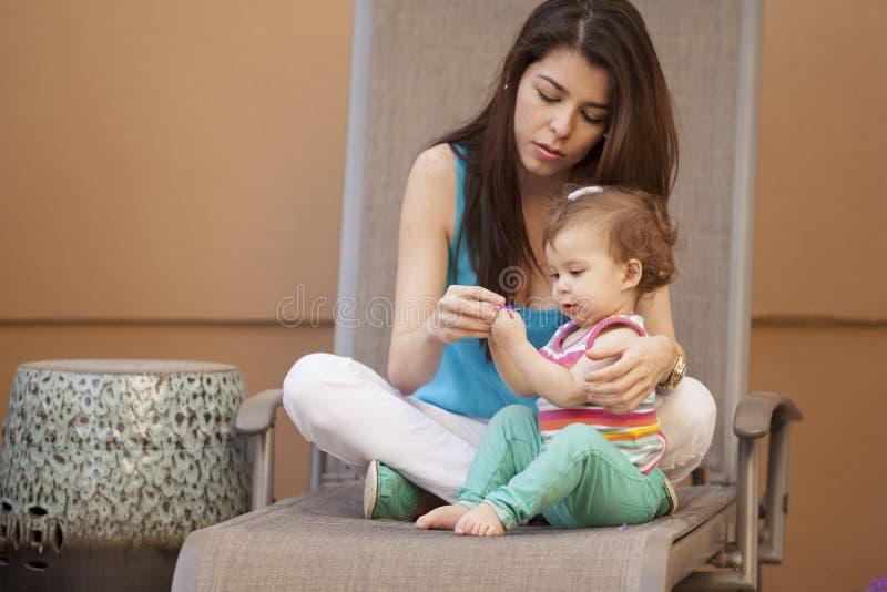 Mamá e hija jovenes al aire libre foto de archivo libre de regalías