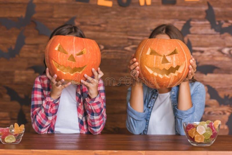Mamá e hija listas para Halloween fotos de archivo libres de regalías