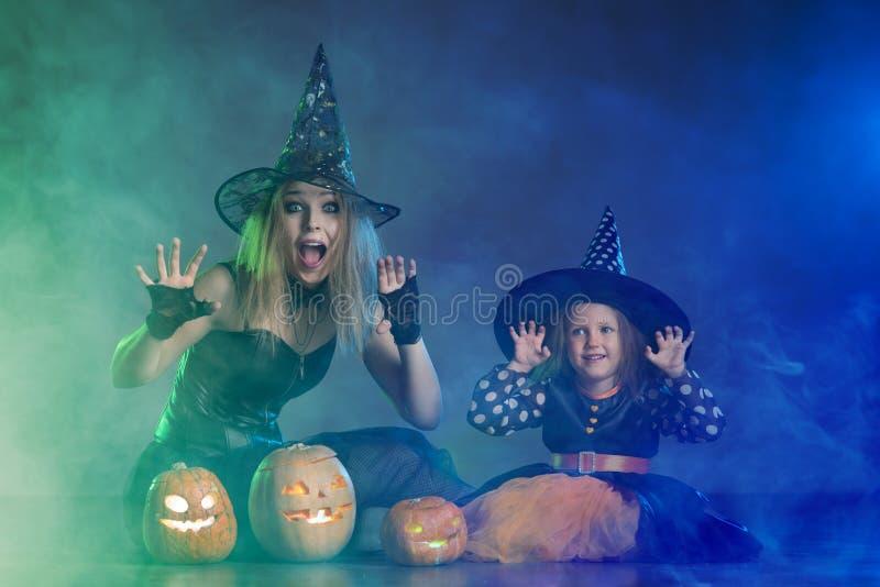 Mamá e hija por un día de fiesta de Halloween imagen de archivo