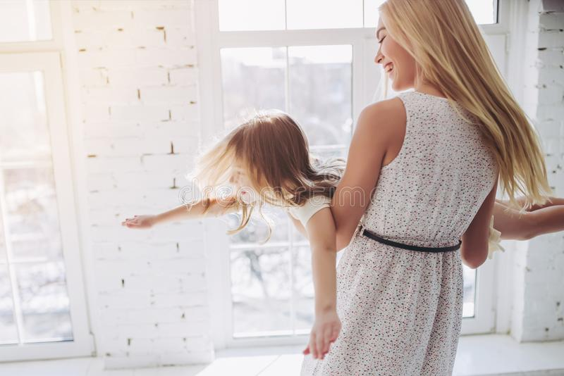 Mamá e hija que se divierten en casa fotografía de archivo