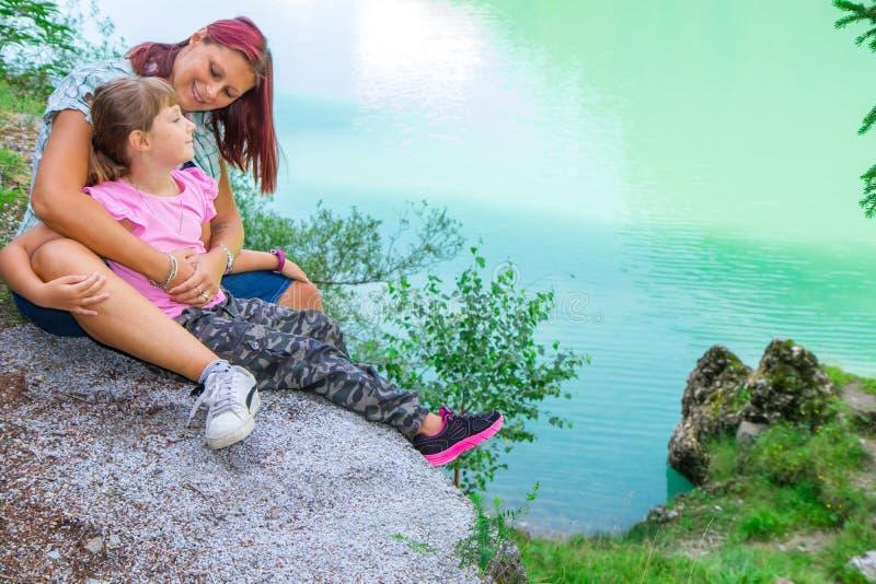 Mamá e hija que se miran durante una excursión al l fotografía de archivo