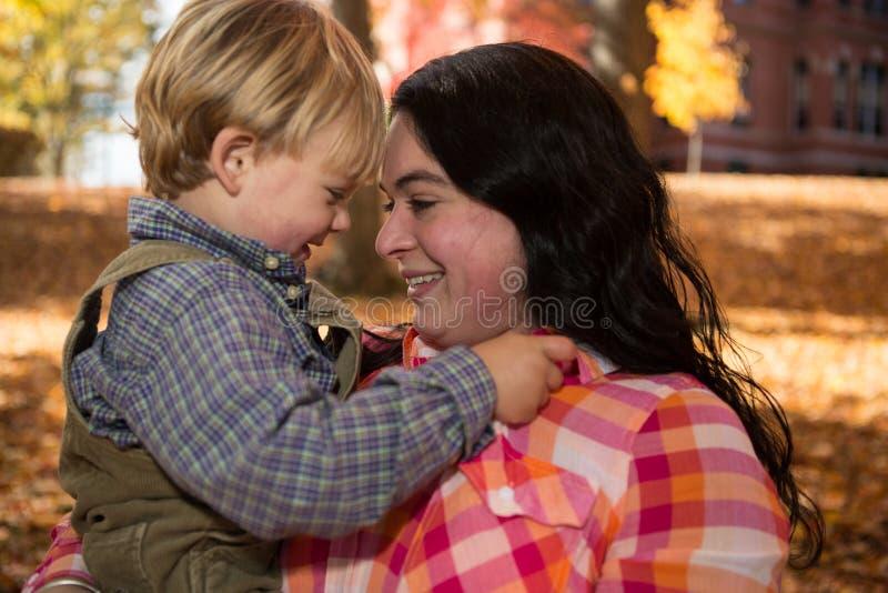 Mamá e hijo en la caída fotos de archivo