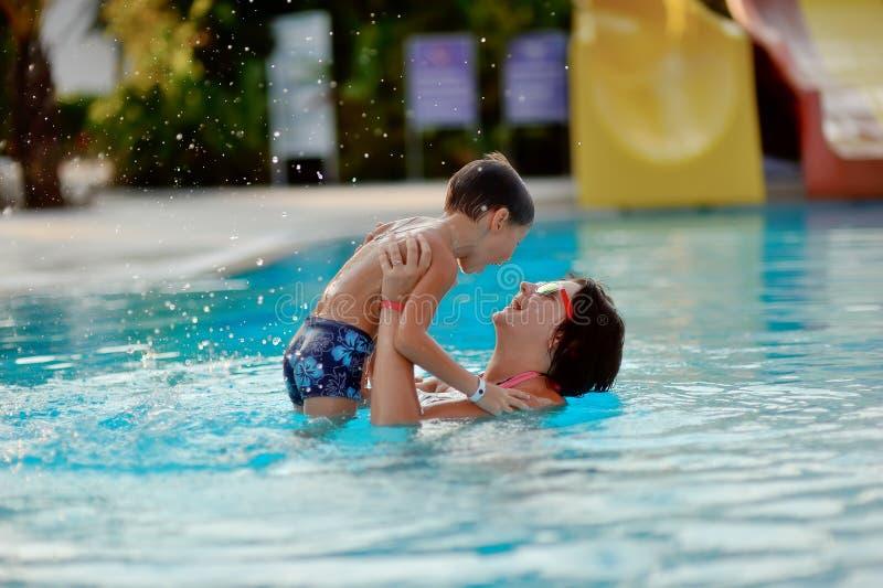Mamá e hijo en la piscina imagen de archivo libre de regalías