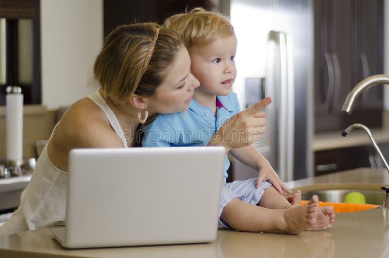 Mamá e hijo que miran algo imágenes de archivo libres de regalías